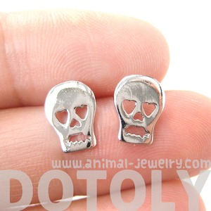 Skeleton Skull With Heart Shaped Eyes Shaped Stud Earrings In Silver